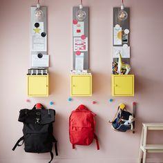 Hjælp børnene med at gøre sig klar til skole med et sted, hvor de kan pakke…