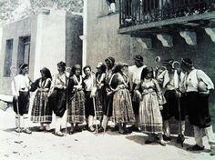 Σκύρος 1920 Greek Traditional Dress, Skiathos, Black And White Photography, Greek Costumes, Greece, The Past, Islands, Nostalgia, Pictures
