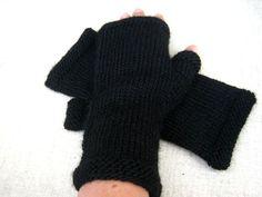 Schwarze Armstulpen mit Alpaka. Schlichte fingerlosen Handschuhe in schwarz mit kraus gestrickten Abschlüssen. Kuschelig weiche Merino-Wolle mit Alpaka schmeichelt den Händen. Die Armstulpen sind sowohl für Damen wie auch Herren geeignet.