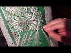 CAPRICHOS DE BOLILLOS Puñetas hojas de la Corona de Laurel Plastic Canvas Stitches, Bobbin Lacemaking, Bobbin Lace Patterns, Lace Making, Simple Art, Couture, Textile Art, Crochet, Tatting