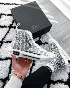 Dior Sneakers, Sneakers Fashion, Fashion Shoes, High Top Sneakers, Sneakers Style, Sneakers Women, Sneakers Nike, Dress Fashion, Summer Sneakers