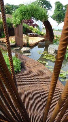 camino en el acero en el jardín