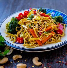 Nudlar med grönsaker - ZEINAS KITCHEN 300 Calorie Lunches, Zeina, Asian Recipes, Ethnic Recipes, Swedish Recipes, Wok, Vegetarian Recipes, Savoury Recipes, Clean Eating