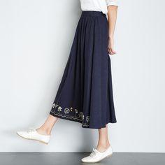 シンプルな中にもひと工夫ある、ナチュラルで可愛らしいギャザースカートは、着る人を選ばず、日常のおしゃれ着として大活躍のアイテムです。その上、作り方もとっても簡単なんですよ!今回は、型紙いらず&直線縫いのみで完成できちゃうスカートの楽チンな作り方から、ひと工夫ありのアレンジ方法まで幅広くご紹介します。お気に入りの布とミシンを用意したら、さぁLET'Sトライ♪ Mori Girl, Needle And Thread, Rock, Beautiful Dresses, Midi Skirt, Embroidery, Sewing, Inspiration, Skirts