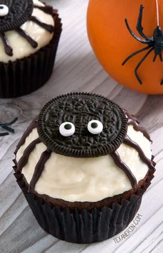 Easy to make spider cupcakes for Halloween with a pumpkin cupcake base and cream cheese frosting! With grain-free, gluten-free, whole grain and all-purpose flour options. Please click through to the recipe to see the dietary-friendly options. Plat Halloween, Halloween Cupcakes Easy, Dessert Halloween, Halloween Baking, Halloween Desserts, Halloween Food For Party, Halloween Treats, Halloween Decorations, Spooky Halloween