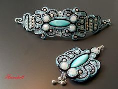 Komplet w technice sutasz (soutache) z masą perłową; bransoletka i wisior.