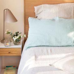Si habitualmente duermes boca arriba necesitas un colchón firme y si lo haces boca abajo, una almohada de poco grosor. Y tú, ¿cómo duermes? . . #elmueble #colchon #cama #descanso #descansar #firme #dormitorio #almohada #dormir #mesitadenoche #cabecero #headboard #nightstand
