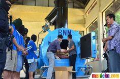 Barang bukti narkotika jenis ekstasi sebanyak 1. 441.711 butir dimasukan dalam oven di Lido, Bogor, Jumat (8/6).