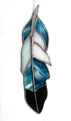 Plume de vitrail créé à partir dun dessin original avec la verrerie dart bleu incroyable. Ajouter un peu style bohème à votre maison.  Cette pièce de vitrail mesure 9,5. Une petite boucle au sommet est enfilée avec ligne de pêche clair, prête à accrocher dans votre fenêtre, ou partout où vous avez besoin dun peu de couleur.
