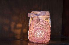 bocal de verre transformé en photophore et décoré de napperon en dentelle et nœud