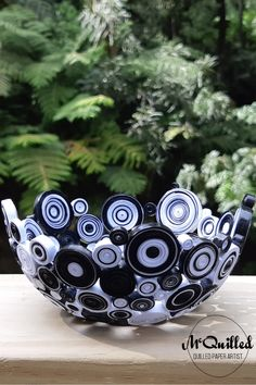 This petite but classy bowl is striking, in a high gloss classic colour match of black and white. Made to suit any decor, this is the perfect bowl size to add a bit of interest to a space.