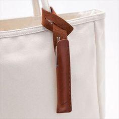 hum/pen tag ブラウン - ペンケース - 通販カタログ - スタイルストア タグのように鞄に付けるペンケース アイデアを思いついたとき、すぐにメモをするためのペンケース「pen tag(ペンタグ)」。タグのようにバッグに付けられる、一本挿しの革のペンケースです。 タンニン鞣し革で作られたペンタグは、すべて福岡の革職人さんによるハンドメイド。バッグに付けたときにまっすぐになるよう計算されたパターンで、お気に入りのペンをすっきりと収納できます。 ポケットはあっても、ペンホルダーつきのバッグはなかなかないもの。ペンケースを持ち歩くほどではないけれど、愛用の筆記具はきちんと収納したい、そして取り出しやすくあってほしい、そんな願いをかなえたプロダクトです。