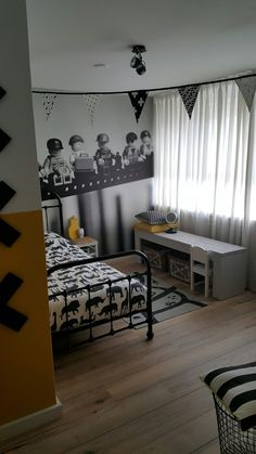 Kinder slaapkamer met lego behang en geel Kidsroom, Boy Room, Little Boys, Sweet Home, Curtains, Home Decor, Pools, Space, Manualidades