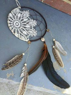 35 DIY Dream Catcher Ideas 2019 If you want a vintage looking design you can find a lace or crocheted yarn and then add it on your dream catcher. It also gives an added effect of glam. The post 35 DIY Dream Catcher Ideas 2019 appeared first on Lace Diy. Los Dreamcatchers, Moon Dreamcatcher, Crochet Dreamcatcher, Doily Dream Catchers, Dream Catcher Craft, Dream Catcher Patterns, Feather Dream Catcher, Homemade Dream Catchers, Making Dream Catchers