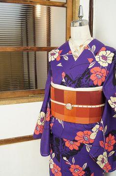 クロッカスパープルに花影映す蝶々と花枝模様が美しいモダン浴衣 - アンティーク着物