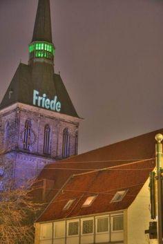 Friede - sei mit dir! Textprojektion auf den Turmhelm der Andreaskirche in Hildesheim 2007/2008