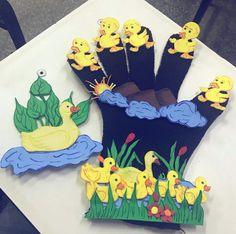 Luva de feltro, desenhos colado com velcro, música 5 patinhos Petite Purses, Dinosaur Stuffed Animal, Toys, Animals, Toddler Sensory Activities, Baby Ducks, Gloves, Feltro, School