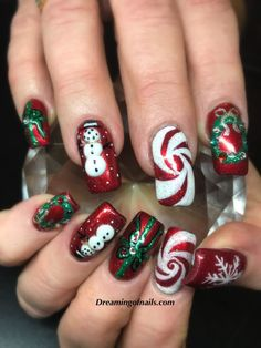 10 must have Christmas nail art designs! - Dreaming of nails - Weihnachts Entwürfe Nail Art Noel, Xmas Nail Art, Cute Christmas Nails, Xmas Nails, Christmas Nail Art Designs, Holiday Nails, Music Nail Art, Christmas Glitter, Christmas Christmas