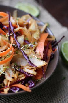 Knusprig gebratene Kohlstreifen, knackiger Rotkohl und knallige Karotte machen dieses Pad Thai zum leichten Lieblingsessen.