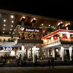 Dengan konsep yang terbilang baru di Indonesia, Ciwalk / Cihampelas Walk membawa konsep hijau dalam kawasan bangunan pusat perbelanjaan.[Photo by instagram.com/fen_90]