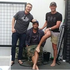 Travis at home again at christmas this year :) All 3 brothers wear flip flops :) Soooo cute :) Travis Vikings, Vikings Travis Fimmel, Vikings Show, Vikings Tv, 3 Brothers, Australian Actors, Men Kissing, Ragnar Lothbrok, History Channel