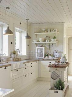 Voici quelques idées déco pour mettre en valeur votre cuisine blanche, selon l'ambiance que vous souhaitez lui donner.