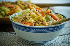 KNUSPERKABINETT: glass noodles fried in Savoy coconut wok with roasted rapeseed, lime and dried mango Superfood, Wok, Vegan Vegetarian, Vegetarian Recipes, Pasta Noodles, Looks Yummy, Nutritional Yeast, Soul Food, Healthy Eating