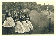 amrum Friesentracht, ca 1954 (Johannes) Quedens Postkarte Von links: ?, Agnes von der Weppen, ?, ?, Hertha (Hetten) Paulsen, ? #Amrum