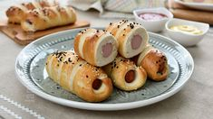 Covridog / Crenvursti in aluat, super pufosi si gustosi Pretzel Dogs, Pastry And Bakery, Light Recipes, Quick Easy Meals, Bagel, Meal Prep, Breakfast Recipes, Appetizers, Cooking Recipes