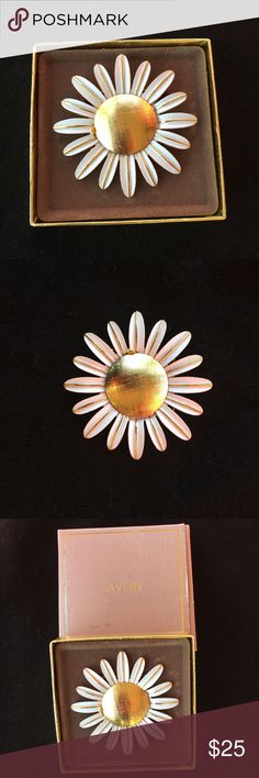 """Vintage Avon Pin *NEW IN BOX* Rare Vintage 1970's AVON Daisy Pin - Perfume Glace.  Box is a bit worn, but pin inside is new and in tact. Approx: 2 1/2"""" accross 8"""" round. Avon Jewelry Brooches"""