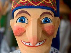 """http://www.sz-online.de/sachsen/es-kaspert-in-hohnstein-2622690.html Mit dem 87 Jahre alten Wolfgang Berger gibt es nur noch einen Puppenschnitzer im Ort. """"Wir hoffen, dass er mindestens 95 Jahre alt wird und noch viele Puppen herstellen kann. Einen Nachfolger gibt es leider noch nicht"""", sagte der Programmchef des Puppenspielhauses, Chester Mueller. Berger arbeitet in einem Familienbetrieb und liefert viele seiner Figuren ins Ausland. Seine Tochter bemalt die Puppen, sein Sohn vertreibt sie."""