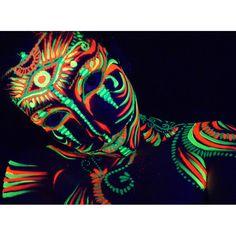 Devenez une oeuvre d'art vivante: dessinez sur votre corps lors des trance party avec ces body paint fluorescentes réactives à la lumière noire UV