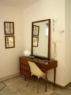 I just adore this mid-century style vanity! It's so perfectly retro, and very pretty.