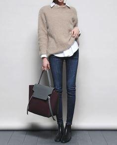 Pull en cachemire beige + chemise en popeline blanche + jean brut + boots = sans fautehttps://one-mum-show.fr/basiques-pull-cachemire/