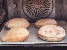 9/ Dejte placky zhruba na 5 - 10 minut do trouby, postupně se začnou nafukovat.... Naan, Hamburger, Muffin, Food And Drink, Bread, Cookies, Breakfast, Desserts, Recipes