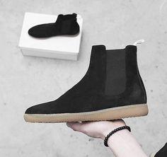 Chelsea Boots aus hochwertigen Materialien und Gummi-Sneaker Sohle. Hier entdecken und shoppen: http://sturbock.me/qit