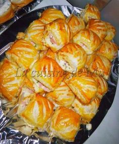 You have surprise guests at the time of the appetizer, so that's the ideal recipe I've made this recipe for the New Year's Buffet You'll Need: Puff Pastry 1 Pack of Ham 1 pot of ricotta 1 bunch of chives salt, pepper 1 egg Cut … Tapas, Ricotta, Mini Croissants, Fingerfood Party, Salty Foods, Savoury Baking, Cooking Recipes, Healthy Recipes, Snacks Für Party