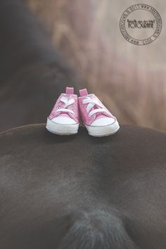 Horse maternity shoot baby shoes girl. Picture made by Babette van der Wal Fotografie