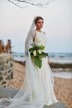 Bouquet de noiva tropical com folhagens grandes e alpínias brancas - casamento na praia na Bahia ( Foto: Bruno Stuckert )