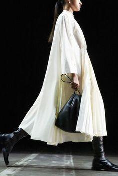 Jil Sander, Vogue Paris, Sunny Dress, Elegantes Outfit, Long Sleeve Midi Dress, Mannequins, Backstage, Spring Fashion, Milan Fashion