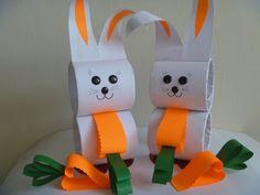 bricolage de Pâques avec deux lapins en papier blanc