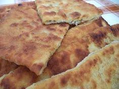 Reteta culinara Placinte cu branza la tigaie din categoria Aperitive / Garnituri. Specific Romania. Cum sa faci Placinte cu branza la tigaie