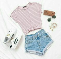 Blusa com listras finas rosa e branca e short jeans. //  Blouse with pink and white stripes and short jeans.