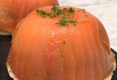 Dôme apéritif ! saumon fumé, avocat & oeuf coulant : le combo parfait  Ingrédients pour 4 dômes 8 tranches de saumon 4 avocats 4 œufs 4 tranches de pain de mie 80 g de fromage frais 1 citron vert Huile de tournesol Recette Placer un carré de film alimentaire dans 4 ramequins et badigeonner l'intérieur d'un peu d'huile. Casser 1 œuf dans chaque ramequin et refermer le film alimentaire autour des œufs. Faire cuire les œufs 4 minutes dans de l'eau bouillante. Recouvrir entièrement les paro...