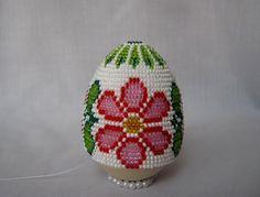 25: Далее плетите ориентируясь на форму яйца.