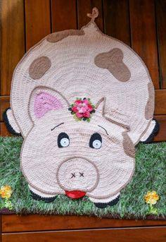 Tapete Porquinha • Círculo S/A Crochet Carpet, Crochet Home, Hand Crochet, Crochet Pouf Pattern, Crochet Patterns, Crochet Doilies, Crochet Stitches, Diy Crafts Materials, Knit Rug