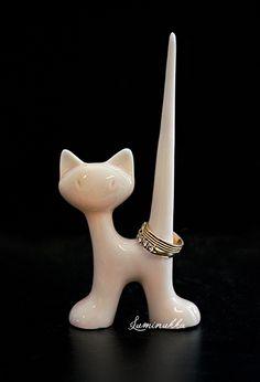 Lasitettu keraaminen sormusteline, vaaleanpunainen kissa. Suloisen kissan korkeus on 13 cm. Pitkänhuiskea häntä pitää sormukset varmasti tallessa!   Ceramic ring holder, light pink. This adorable cat will keep your rings safe while looking cute at the same time. Height of this cat is 13 cm.