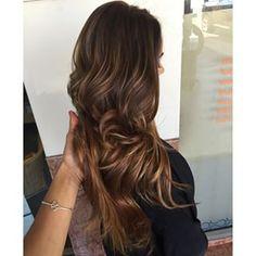 Un look multidimensional con ondas y dos colores. | 21 Delicadas ideas para aclarar tu cabello sin hacerte un ombré