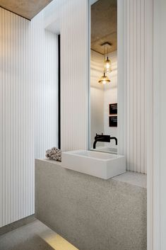 If you have a small bathroom in your home, don't be confuse to change to make it look larger. Not only small bathroom, but also the largest bathrooms have their problems and design flaws. Modern White Bathroom, Small Bathroom, Master Bathroom, Vanity Bathroom, Vanity Decor, Dream Bathrooms, Bad Inspiration, Bathroom Inspiration, Contemporary Interior Design