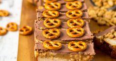 Przepis na sernik Snickers z masłem orzechowym na spodzie z krakersów z solonym karmelem z orzechami ziemnymi i czekoladą mleczną. Onion Rings, Catering, Food And Drink, Cakes, Health, Ethnic Recipes, Sweet, Fit, Candy